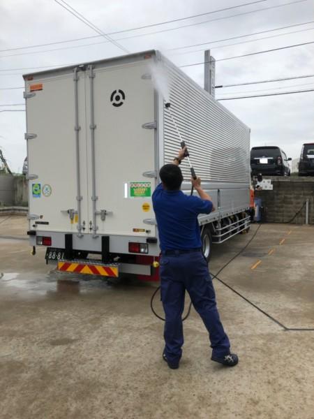 トラックの洗車(本社)