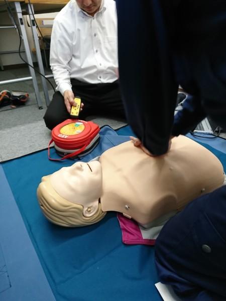 千葉営業所の安全会議で、AEDの実践訓練を行いました